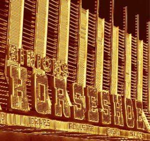 La historia comienza con un jugador misterioso de póker en el Casino Binio´s Horseshoe en Las Vegas.